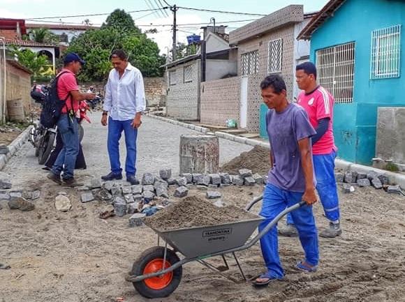 ozanan-prefeito_acompanha__construcao_de_calcamento