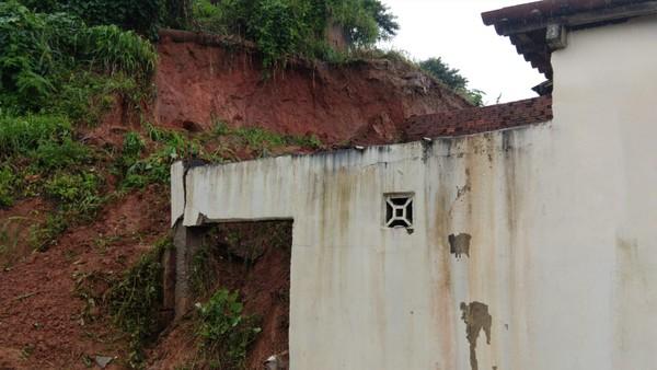barreira_deslizou_sobre_duas_residencia