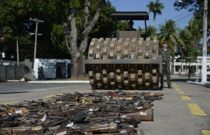 exercito_armas_destruidas