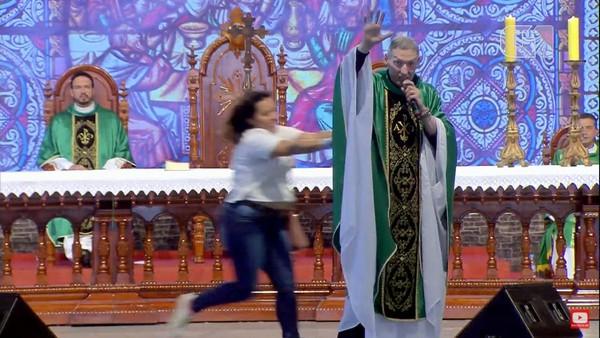 padre_marcelo_rossi-mulher-empurra